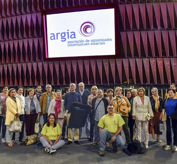 San Mamés, con la asociación de ostomizados de bizkaia Argia por el día internacional de la persona ostomizada